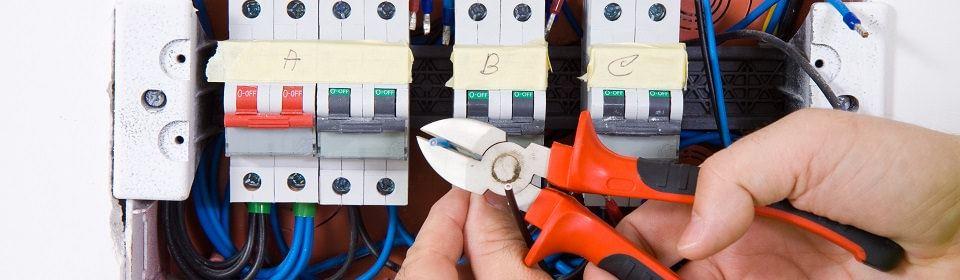 knippen draad door elektricien
